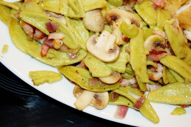 makaron szpinakowy smażony z boczkiem i pieczarkami
