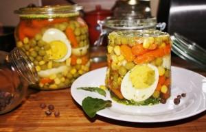 jajka w warzywnej galaretce