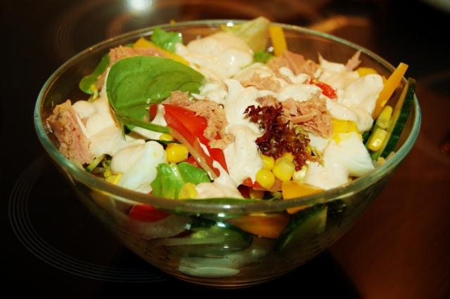 zielona sałatka z tuńczykiem