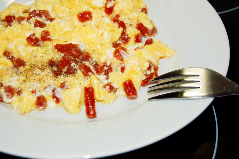 jaja z kabanosem